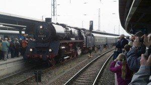 Eisenbahn-Jubiläum Stralsund - der Jubiläumszug läuft am 12.10.13 in Stralsund ein Foto: Dr. Peer Schmidt-Walther
