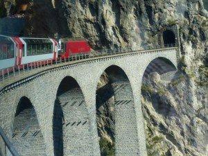 Landwasser-Viadukt führt in den Tunnel Foto: R. Keusch