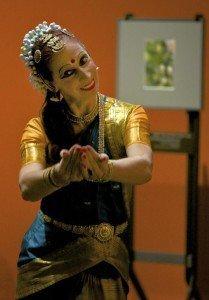 Sita tanzt indisch durch die Ausstellung