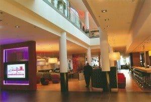 Blick in die moderne Lobby des InterCityHotel-Flaggschiffs mit der Medienwand (l.) Foto: Hans-Peter Gaul