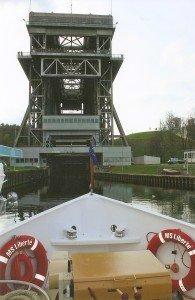 Vor der Einfahrt in das Schiffshebewerk Niederfinow
