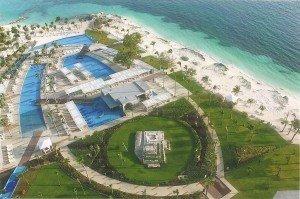 Blick vom Hotelbalkon auf Poollandschaft, Karibikstrand und Hotelmeile in Cancun