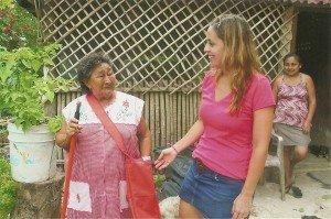 Laura Robles mit Maya-Mutter in typischer Kleidun