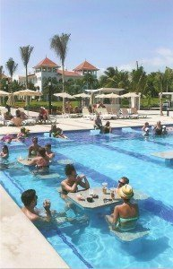 Urlauber in der Poolbar des RIU Palace Mexiko
