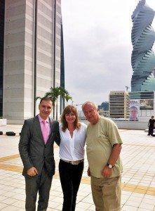 RIU-Kommunikationschefin Claudia Schunk mit Generalmanager Victor Merino (l.) vom RIU Plaza Panama und Hans-Peter Gaul auf der Hotelterrasse in Panama-City