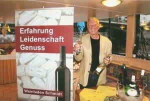 """Dietmar Schmidt kredenzte an Bord der """"Spree Diamant"""" Spezialitäten aus seinem Weinladen im Prenzlauer Berg Berlin Foto: H.-P. Gaul"""