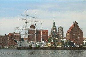 """Stralsund-Panorama mit Museumsschiff """"Gorch Fock"""