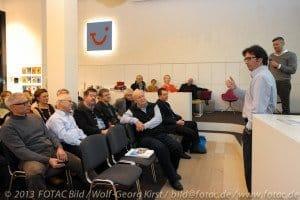 TUI Deutschland-Kommunikationschef Mario Köpers (r. vorn) mit CTOURisten und Gästen in der World of TUI Berlin