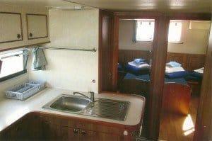 Blick in die Hausboot-Kombüse und in Kabinen