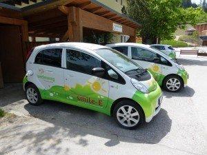 Elektroautos auf dem Dorfplatz