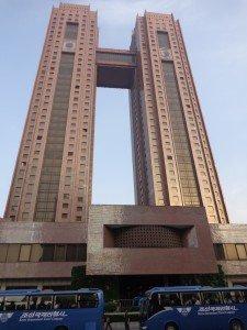 Das Koryo Hotel ist eines der beiden internationalen Hotels in Pjöngjang. Mit 143 Metern Höhe ist es das dritthöchste Bauwerk in Pjöngjang. Es verfügt, neben allen Einrichtungen, die man als Europäer an ein 4* Hotel stellen würde, auch über eine eigene Brauerei Foto: Lutz Schönfeld