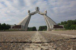 Das Nationale Wiedervereinigungsmonument. Entsprechend eigener Ideologie hält Nordkorea weiter an seinen Wiedervereinigungszielen fest, natürlich bei Beibehaltung der eigenen Ziele Foto: Lutz Schönfeld