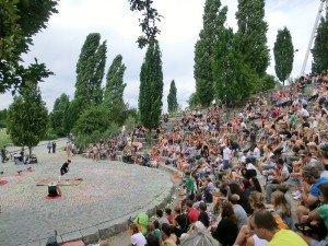 Der Mauerpark ist ein beliebter Treffpunkt für junge Leute aus aller Welt, da wird es auch mal laut... Foto: R. Friedrich