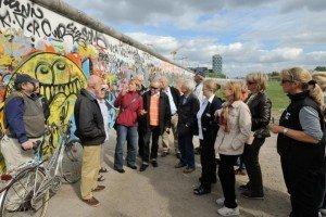 CTOURisten während der Wanderung mit Wikinger Reisen an der East-Side-Gallery