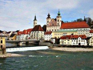 Wie aus dem Bilderbuch – das historische Zentrum der oberösterreichischen Kultur- und Industriestadt Steyr am Nationalpark.