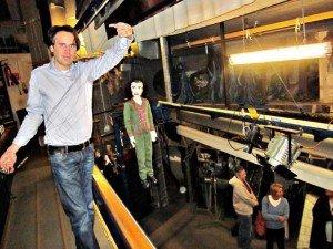 """Das Salzburger Marionettentheater lädt im Jubiläumsjahr auch zu Backstage-Führungen ein. Hier Puppenspieler Philipp Brunner mit der Figur Georg von Trapp aus """"Sound Of Music""""."""