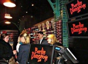 Ein Shop, der allerhand seltsame Mitbringsel anbietet, gehört ebenfalls zu der neuen hauptstädtischen Attraktion Fotos: M. Weghenkel und Berlin Dungeon (2)