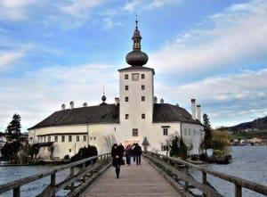 """Zum """"Schlosshotel Orth"""" in Gmunden am Traunsee pilgern jährlich Zehntausende, um den Originalschauplatz der gleichnamigen TV-Serie (1996 bis 2004) zu sehen."""