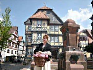 Frau Holle führt durch Hessisch Lichtenau, dem Tor zum Frau-Holle-Land