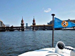 Immer wieder ein begehrtes Fotomotiv von Stern und Kreis-Schiffen aus: die Oberbaumbrücke zwischen Friedrichshain und Kreuzberg Fotos: M. WEghenkel
