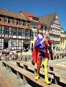 Der Rattenfänger von Hameln (dargestellt von dem Amerikaner Michael Boyer) in der Altstadt von Hameln