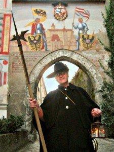 Ing. Wolfgang Hack ist offizieller Austria Guide und einer der Nachtwächter, die Touristen kompetent und amüsant durch die Altstadt von Steyr führen Fotos: Manfred Henkel
