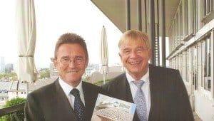 Aldiana-Chef Peter Wennel (l.) mit Pressesprecher Gunther Träger auf der Panoramaterrasse des Fleming's Deluxe-Hotel Frankfurt-City