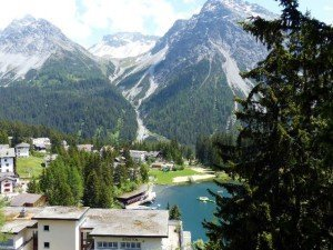 Der Wintersportort Arosa liegt mitten in den Bergen Foto: Bernd Siegmund