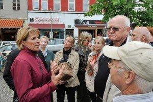 """Stadtführerin Barbara Bettenwort (l.) erläutert der Journalisten-Wandergruppe mit Wikinger-Pressechefin Eva Machill-Linnenberg (3.v.l.) Kreuzberger """"Spezialitäten"""""""
