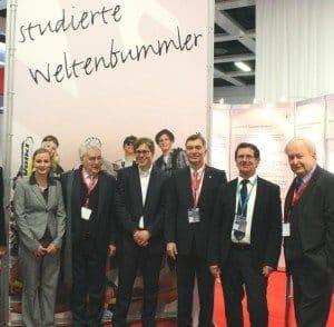 Prof. Dr. Joerg Soller (3. v. r.) mit Studenten und Gästen am HWR-Stand