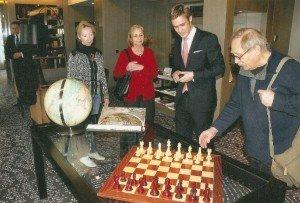 Vorstandsmitglieder mit Benedikt Winkels (2. v. r.) in der Bibliothek der neuen Luxusherberge