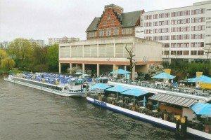 "Am Schiffsrestaurant ""Spree-Blick"" an der Hansabrücke fand die Doppeltaufe statt"