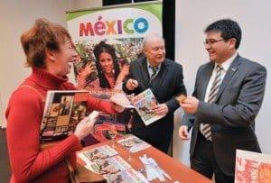 Vicente Salas (r.), Direktor Mexikanisches Fremdenverkehrsbüro in Frankfurt, mit CTOURistin Sabine Wuttke und Hans-Peter Gaul