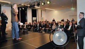 Frank Grafenstein, Geschäftsführer der Agentur Grafenstein, eröffnet die Berliner Premiere Speed Dating Tourismus. Am Gong: Clemens Glade, Senior PR Manager