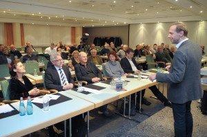 TUI-Fernreisechef Steffen Boehnke vor CTOURisten und Gästen beim CTOUR-Stammtisch in Berlin Foto: Wolf-Georg Kirst (fotac)