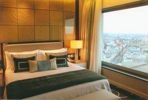 Ein Deluxe-Zimmer mit grandiosem Ausblick über die Dächer Berlins
