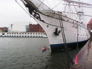 Mit dem Seekajak vor dem Museumsschiff Gorch Fock (I) in Stralsund Foto: Peer Schmidt-Walher
