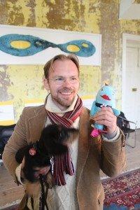 Designer Ralf Engelkamp mit BUGA-Maskottchen in Krevese