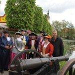 Stefan Fritsche und Akteure an neuer Kanone (Foto: Hans-Peter Gaul)
