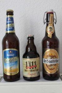 """Die Festivalbiere für das 19. Internationale Berliner Bierfestival 2015: """"Apoldaer Hefeweizen hell"""", """"Watzdorfer Festspils 1411"""" und """"Ur-Saalfelder"""""""