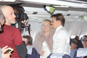 """Das Brautpaar zur """"himmlischen"""" Trauung während des Polarfluges"""