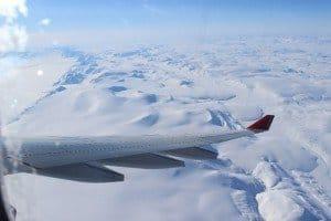 Nach zwei weiteren Flugstunden wieder Festland unterm Flugzeug Grönlands Nordostküste