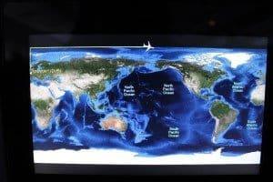 Selbst die Flugzeuganzeige scheint verwirrt: einmal rechts einmal links herum um die Welt...