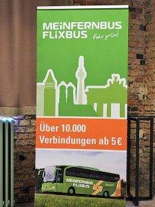 Wie dieser Aufsteller beweisen sollte: Die Tickets bei den grünen Fernbussen sind nach wie vor sehr günstig zu haben. Der Einstiegspreis von 5 Euro ist freilich an frühzeitige Buchung im Internet gebunden.
