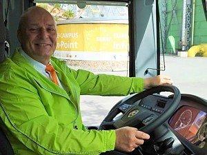 Stets freundlich: Reiner Kühn von den fränkischen Weiherer-Reisen (einer der 170 Bus-Partner von MeinFernbus FlixBus) ist seit 35 Jahren mit Leib und Seele Busfahrer. Nun gehört er zu den 3.500 Piloten, die mit grünen Fernbussen pro Woche über 2,5 Millionen Kilometer zurücklegen.