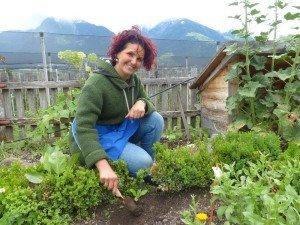 Priska Weger im Kräutergarten