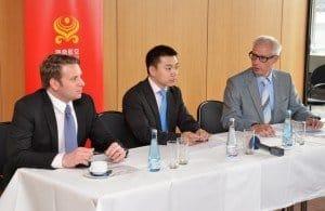 Auf dem Podium Andreas Janz, China Tours; Shi Zhiwei, Hainan Airlines und Lutz Schönfeld, CTOUR (v.l.n.r.)