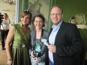 Geschäftsführer des Tourismusverbands Fläming e. V. Daniel Sebastian Menzel mit Marketing-Mitarbeiterin Alexandra Stein und Spargelkönigin Dana Beiler