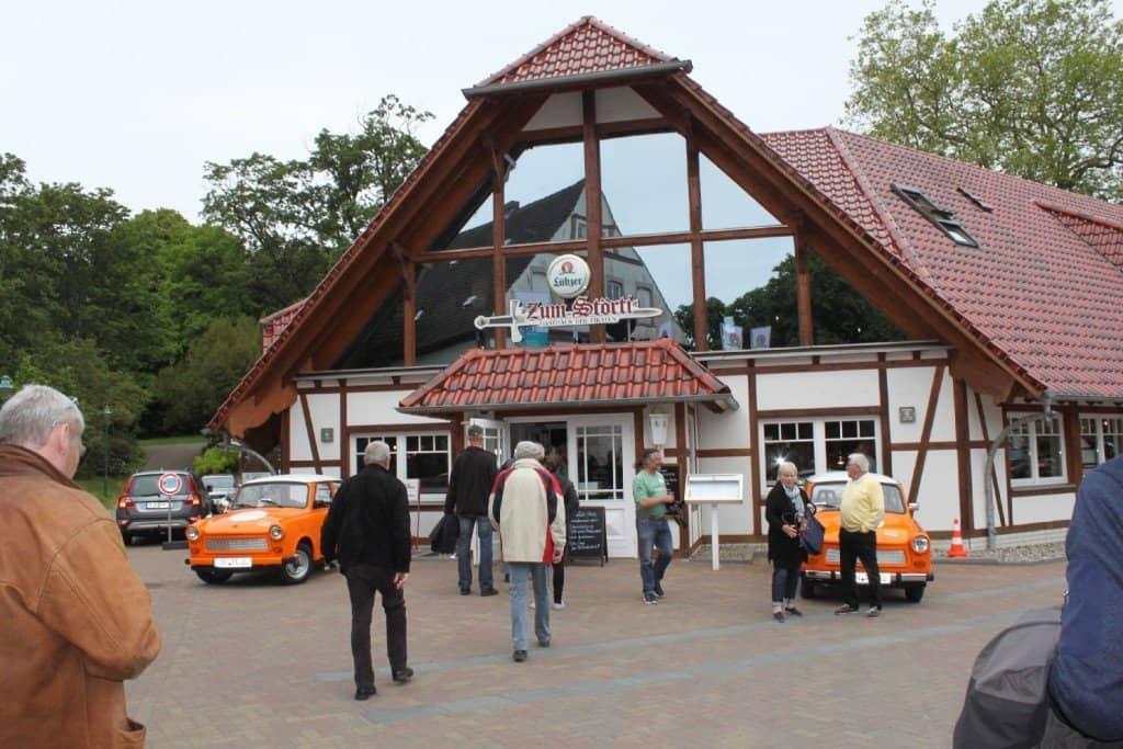 Eingang zum Störti mit Trabis Foto: M. Weghenkel