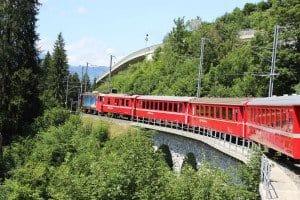 Zug der Rhätischen Bahn zwischen Arosa und Chur